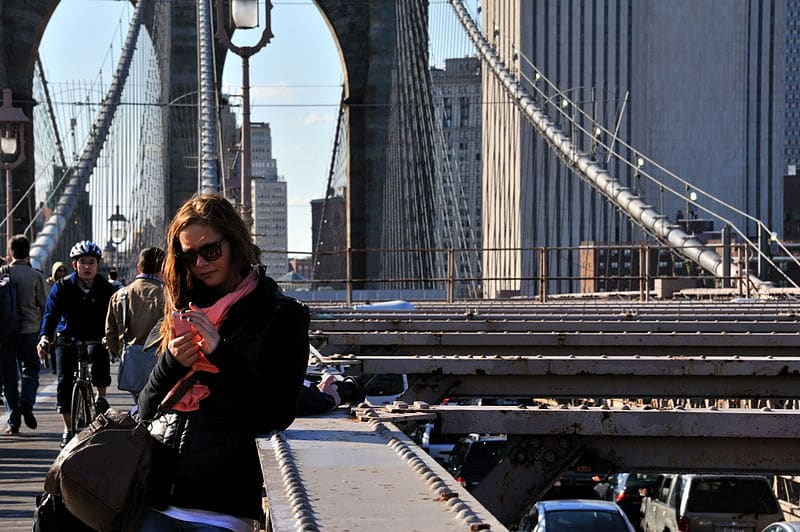 800px-Texting_at_Brooklyn_Bridge